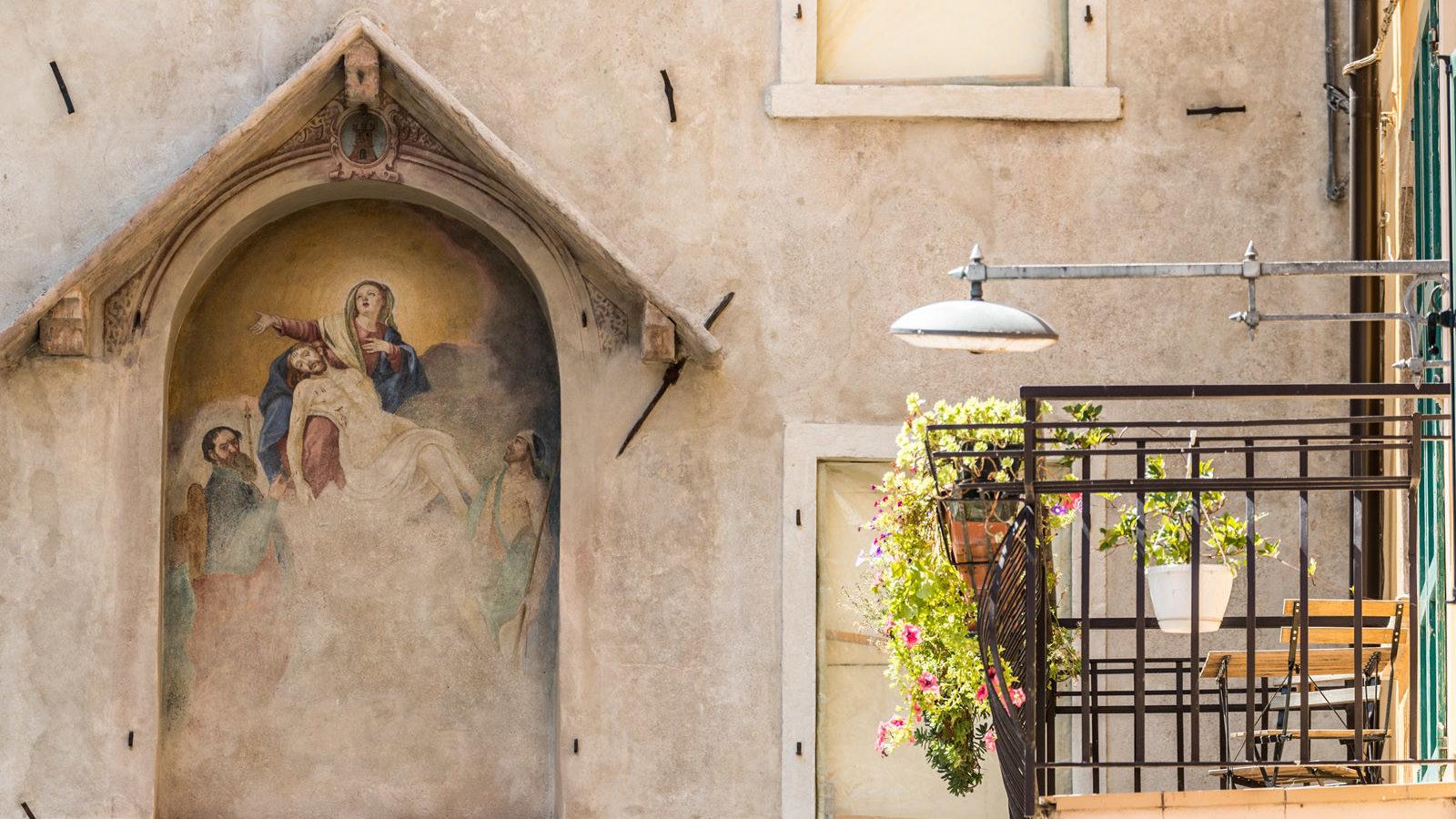 Bar Pizzeria Ristorante La Pace al Porto vecchio di Malcesine dettaglio affresco