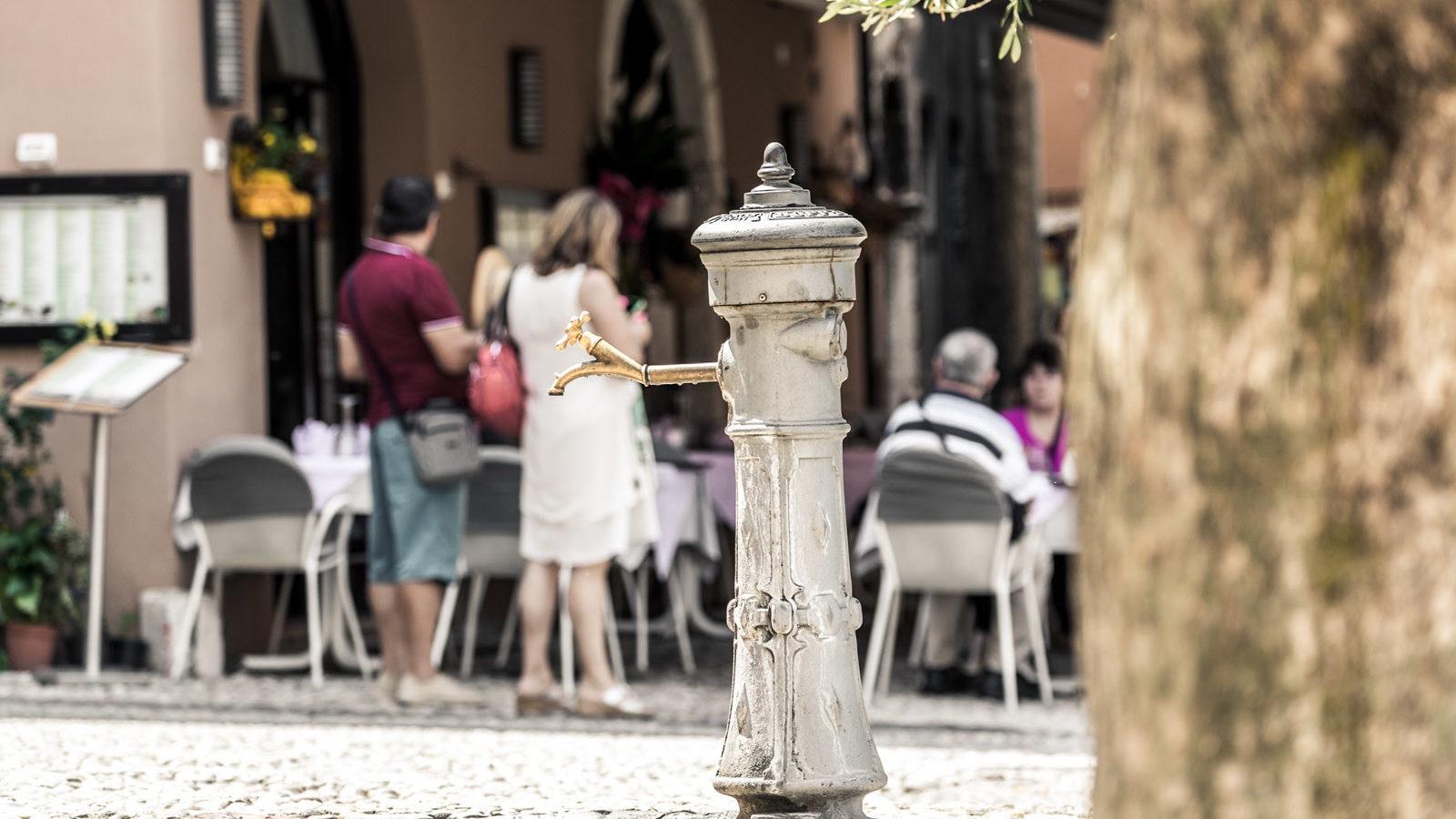 Bar Pizzeria Ristorante La Pace al Porto vecchio di Malcesine fontanella