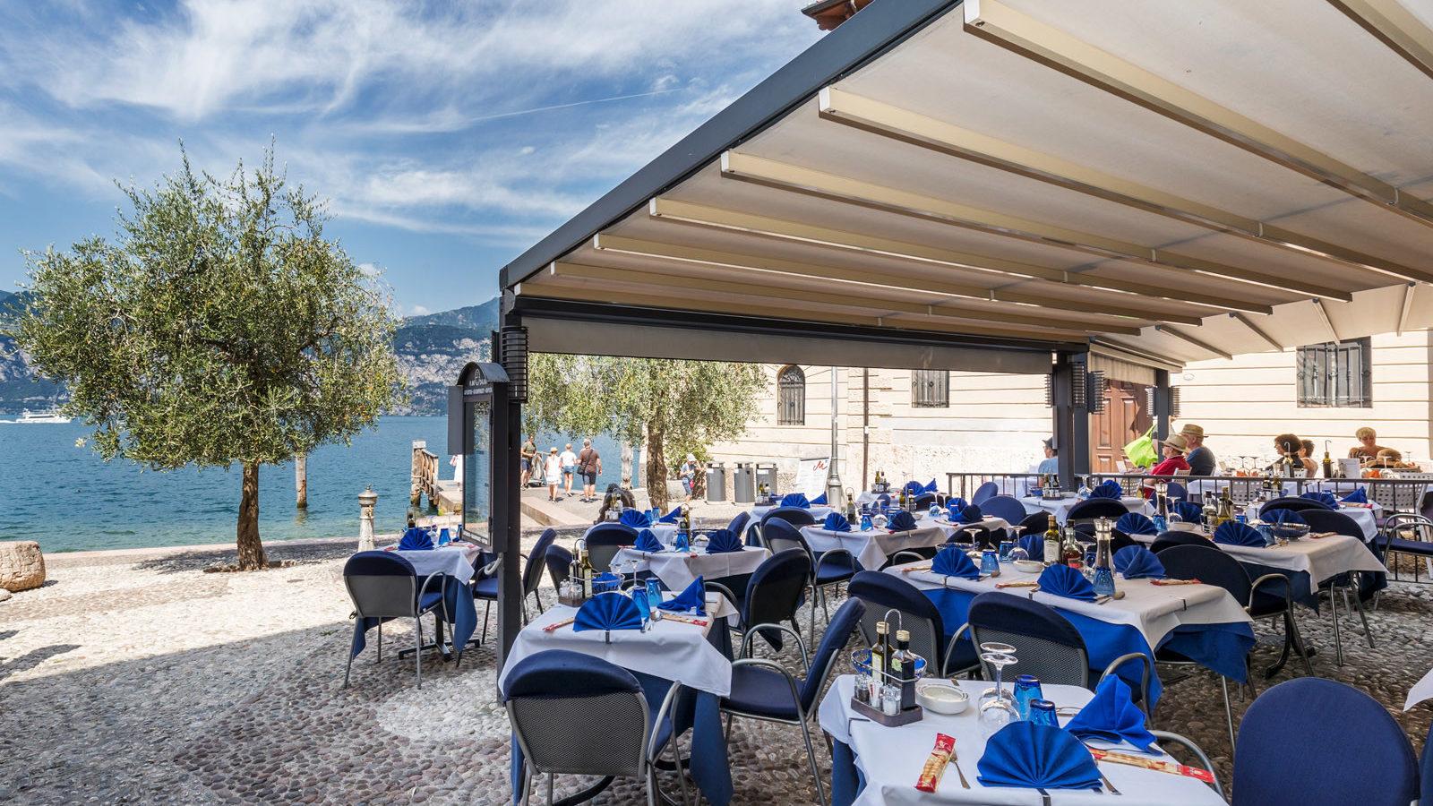 Bar Pizzeria Ristorante La Pace Malcesine al porto vecchio di Malcesine con plateatico all'aperto vista lago
