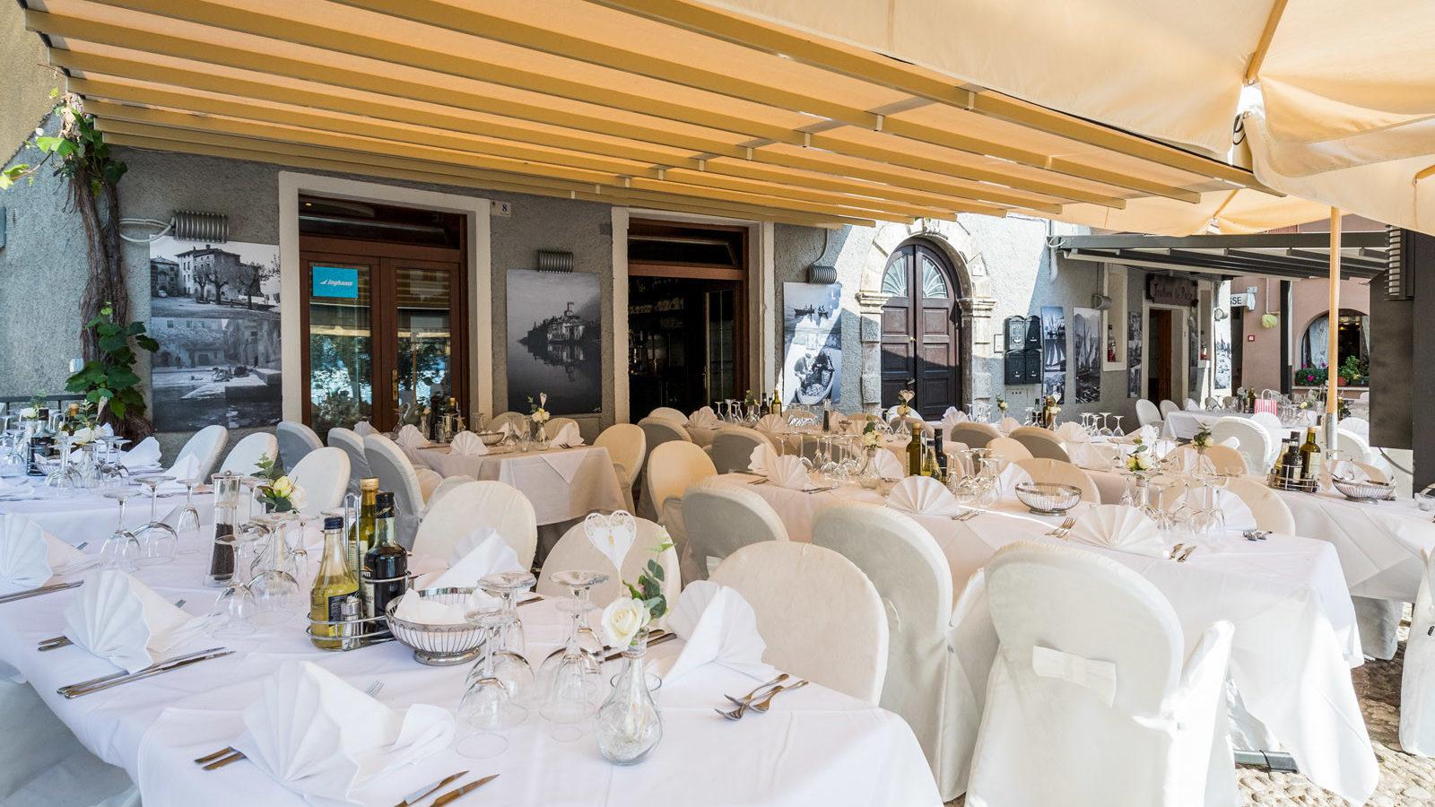 ristorante con tavoli all'esterno per il matrimonio
