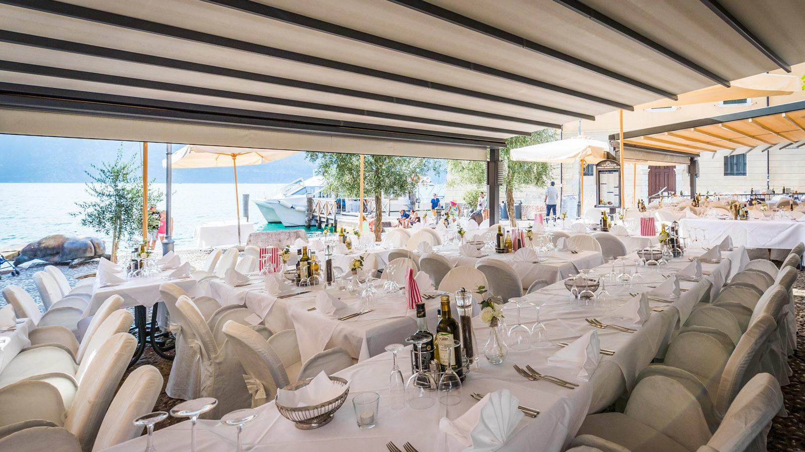 Tavolo imbandito per un matrimonio a Malcesine vista lago