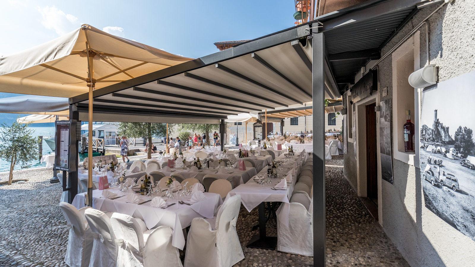 ristorante a Malcesine in centro storico con tavoli all'esterno vista lago per il matrimonio