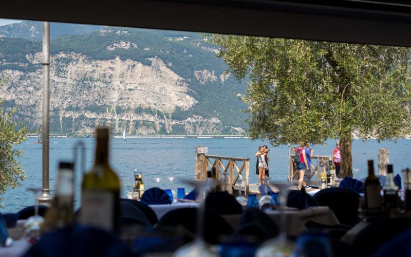 pranzo all'esterno vista lago al ristorante la pace di malcesine