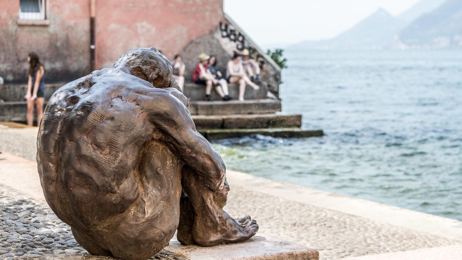 scultura di finotti al porto vecchio di malcesine